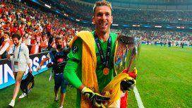 VIDEO: Un hincha lesionó al arquero del Liverpool en los festejos de la Supercopa