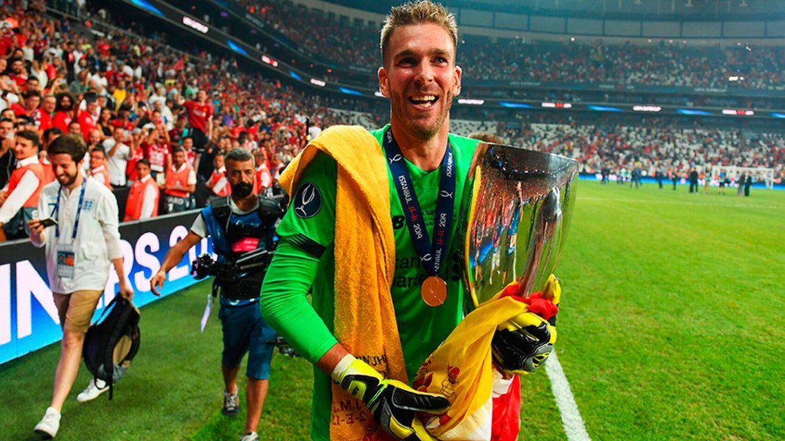 VIDEO: Un hincha lesionó a Adrián San Miguel en los festejos del Liverpool por la Supercopa