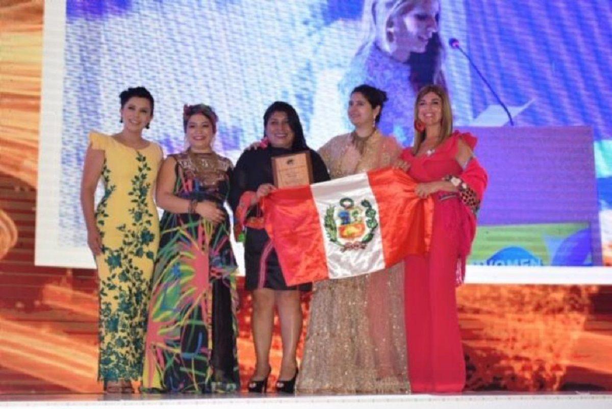 Entregan los premios las organizadoras de India