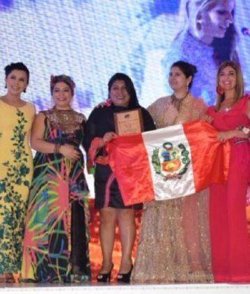 Entregan los premios las organizadoras de India, Harbeen Arora y de Colombia, Nadia Sánchez de She is, junto a la Dra. Lina Anllo de Argentina y Catalina Caijas de Ecuador.