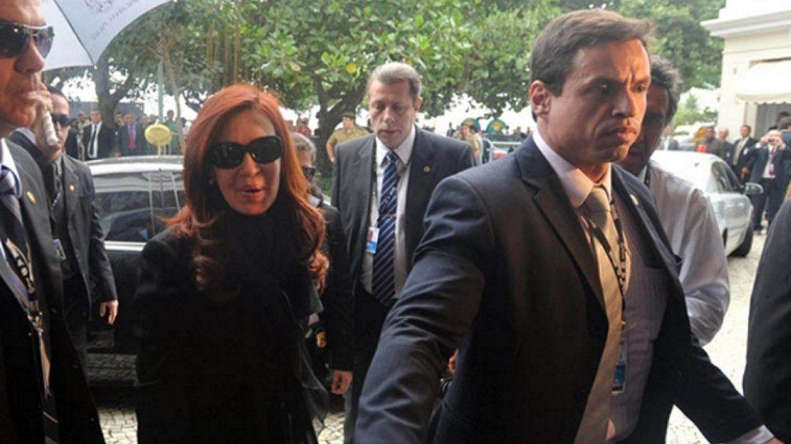 Dos custodios de Cristina salvaron la vida de un pasajero que sufrió un infarto en un vuelo de Aerolíneas