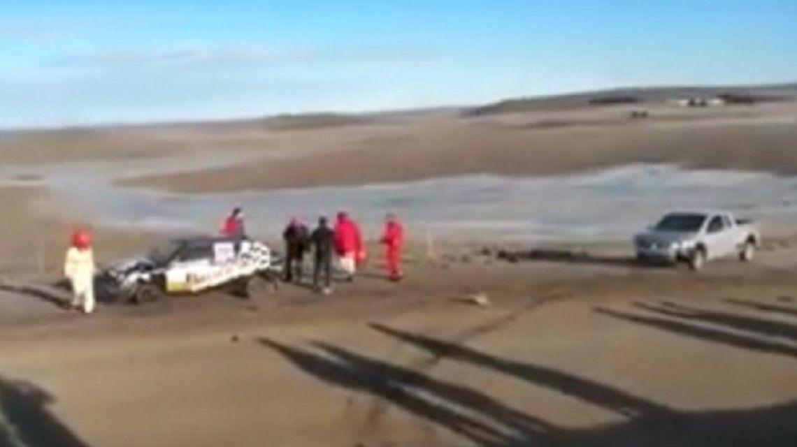 Chile: Una camioneta casi provoca una tragedia en una carrera de autos