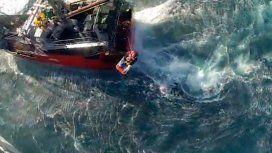 Impresionante rescate a un marinero que se descompensó en el medio del mar