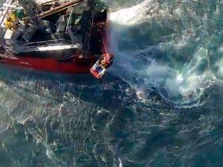 impresionante rescate a un marinero que se descompenso en el medio del mar
