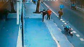 Investigan si quisieron encubrir al policía que mató a un hombre de una patada