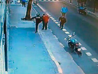 investigan si quisieron encubrir al policia que mato a un hombre de una patada