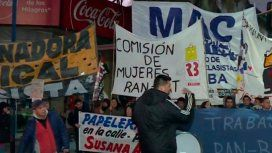 Manifestantes cortan el Puente Pueyrredón en protesta contra despidos en varias empresas