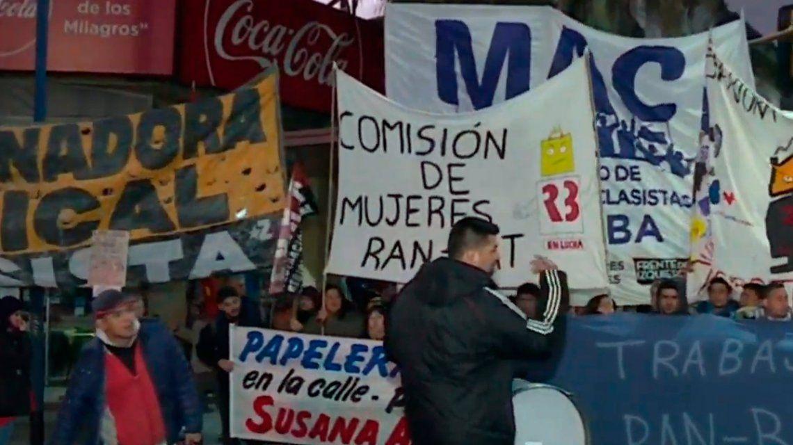 Manifestantes protestan en el Puente Pueyrredón contra despidos
