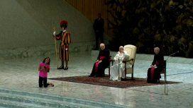 El gesto del Papa con una nena que interrumpió su audiencia de los miércoles