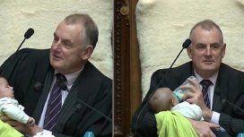 Nueva Zelanda: el presidente del Parlamento cuidó a un bebé de un diputado en pleno debate