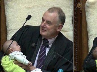 nueva zelanda: el presidente del parlamento cuido a un bebe de un diputado en pleno debate