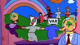 Tras el penal para River a través del VAR, estallaron los memes