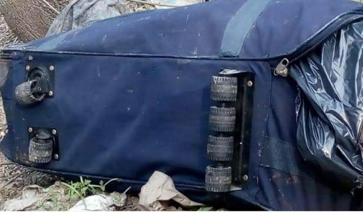 Encontraron el cuerpo de un hombre dentro de una valija en un arroyo de Ezeiza