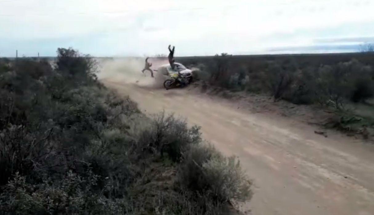 VIDEO: Impresionante accidente y milagro durante una carrera de rally en Río Negro