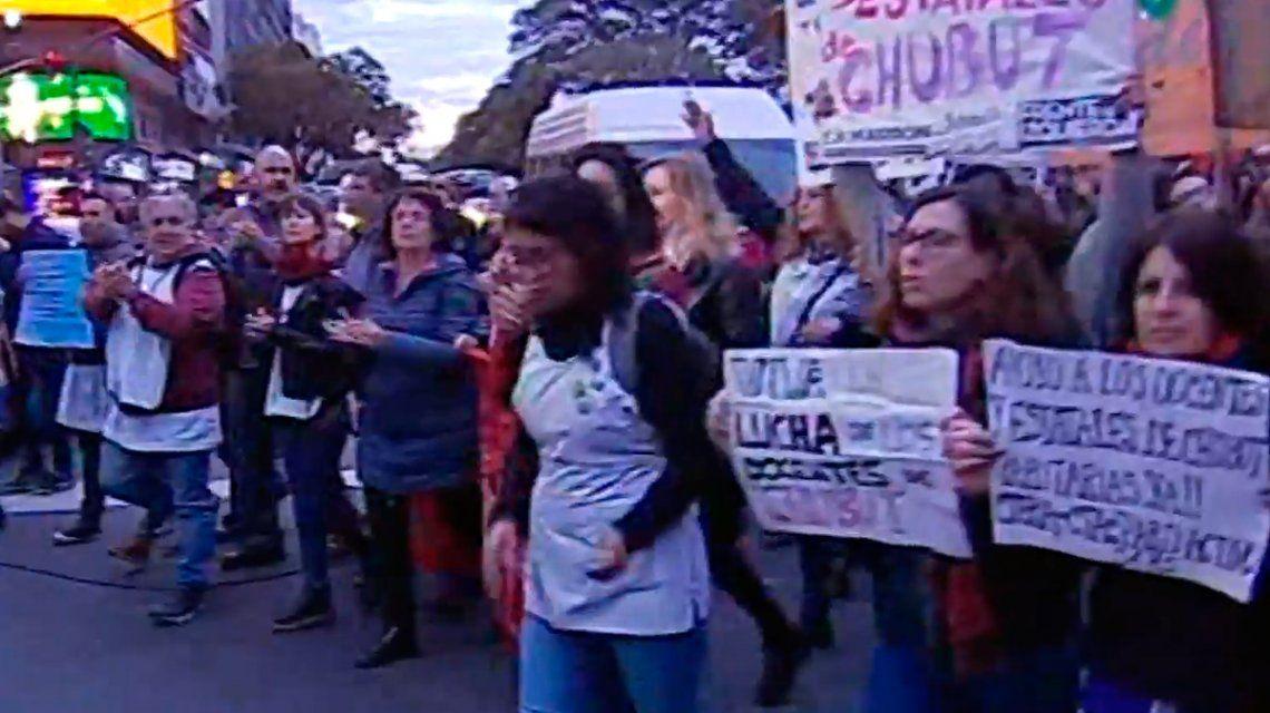 Corte y protesta en el Obelisco de docentes de Chubut