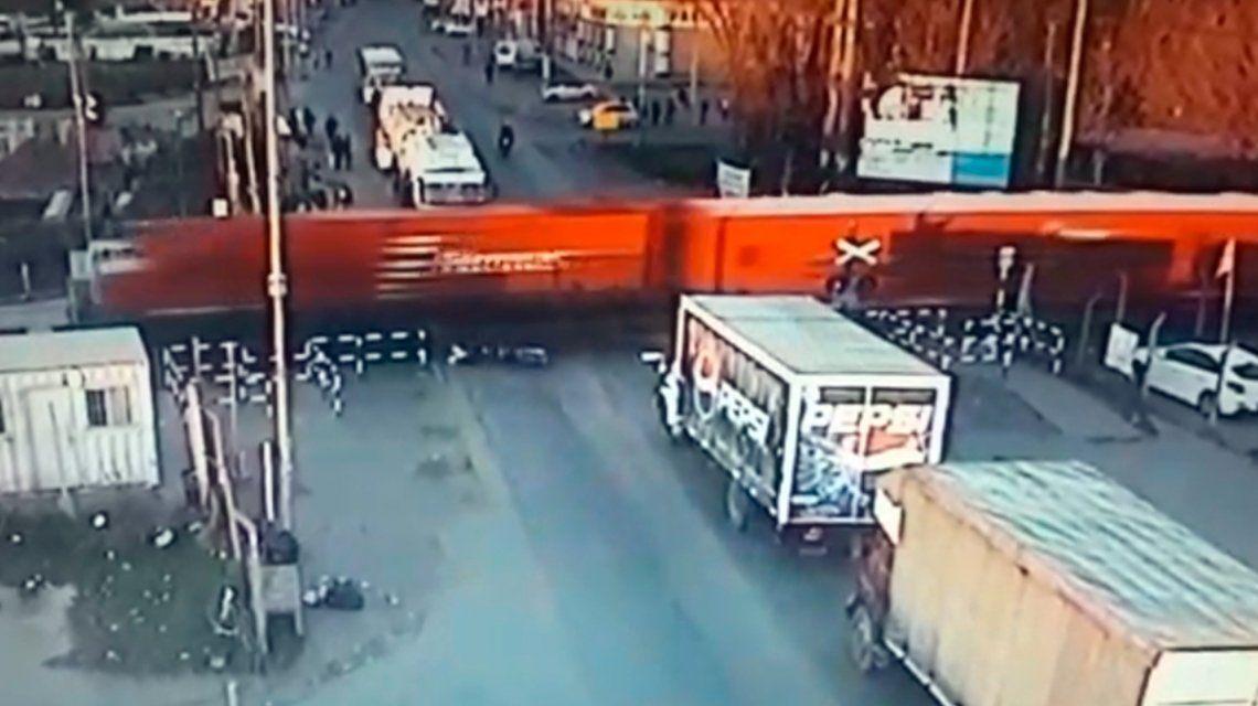 Un motociclista quiso pasar con la barrera baja y perdió una pierna al ser atropellado por el tren