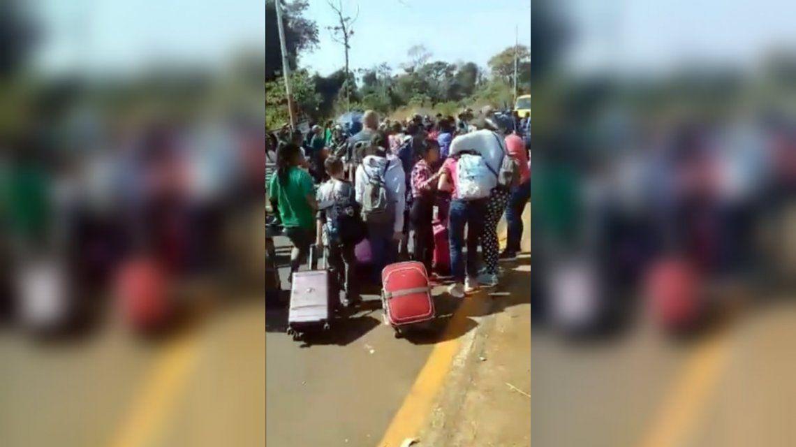 Piqueteros cortaron una ruta de Misiones y atacaron a turistas que iban al Aeropuerto de Iguazú