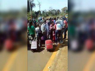 piqueteros cortaron una ruta de misiones y atacaron a turistas que iban al aeropuerto de iguazu