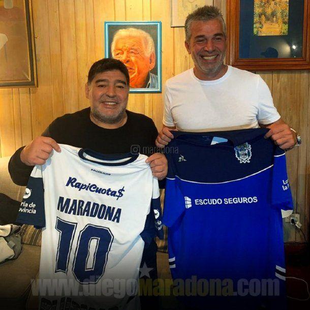 Diego Maradona y Pellegrino, presidente de Gimnasia