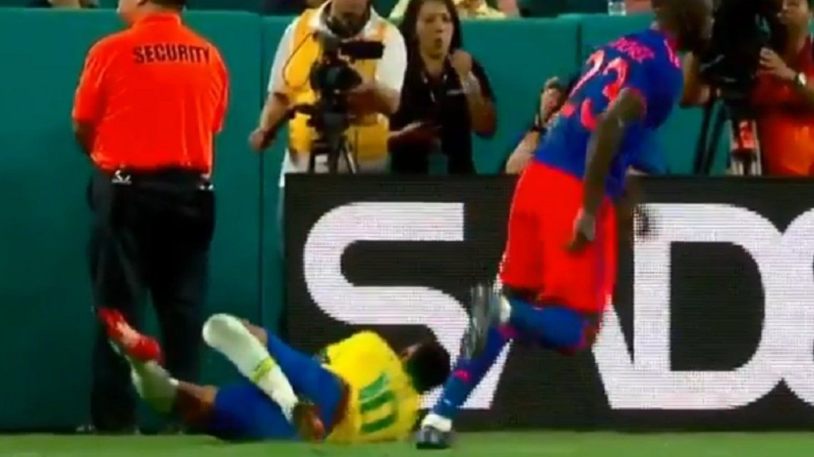 El susto de Neymar en su vuelta a la Selección: casi se rompe la cabeza contra un cartel