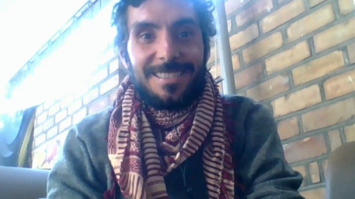 Primera vez en la historia que alguien sale en la TV argentina desde Kirguistán y con un pañuelo afgano al cuello