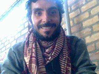 Primera vez en la historia que alguien sale en la TV argentina desde Kirguistán y con un pañuelo afgano al cuello, describió Fernando