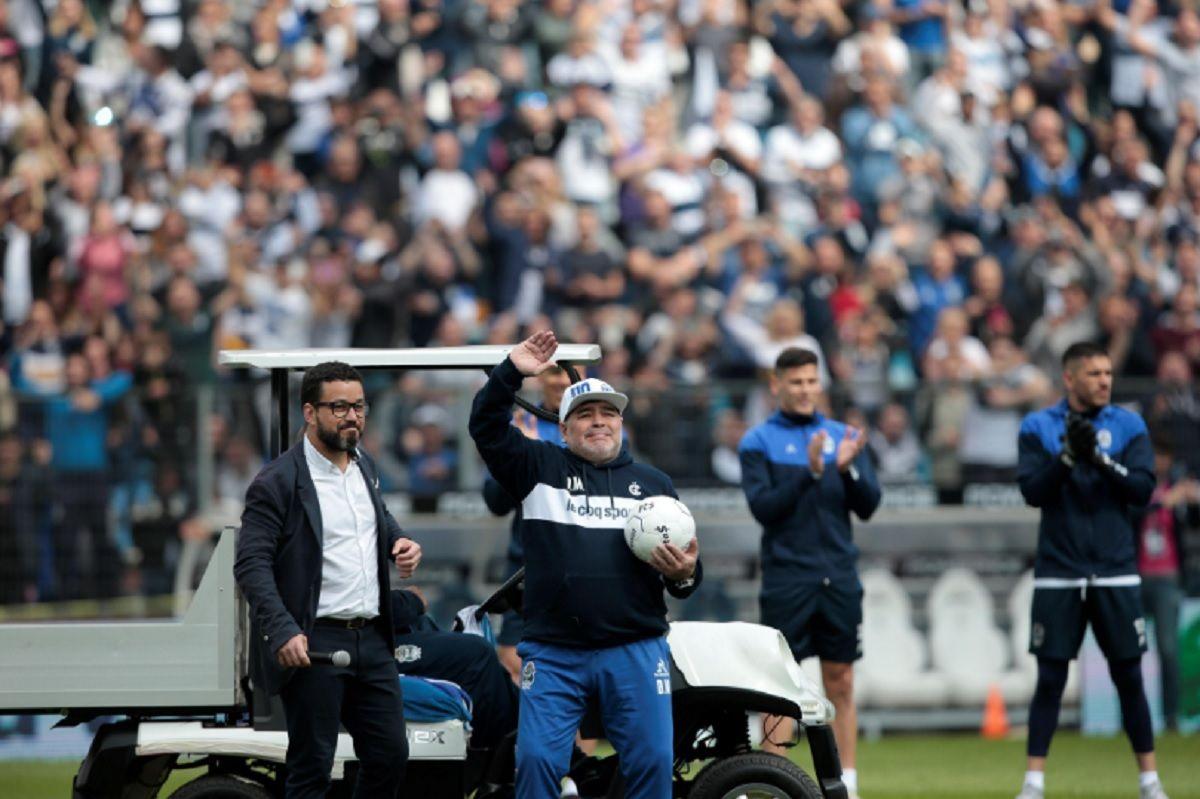 El que no salta es un inglés: Maradona se prendió a un cantito contra Verón