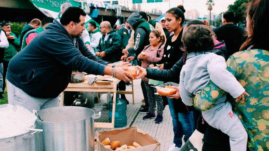 Organizaciones sociales instalan ollas populares en Plaza de Mayo