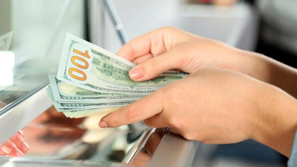 El dólar se dispara 85 centavos y ya se ubica arriba de los $62