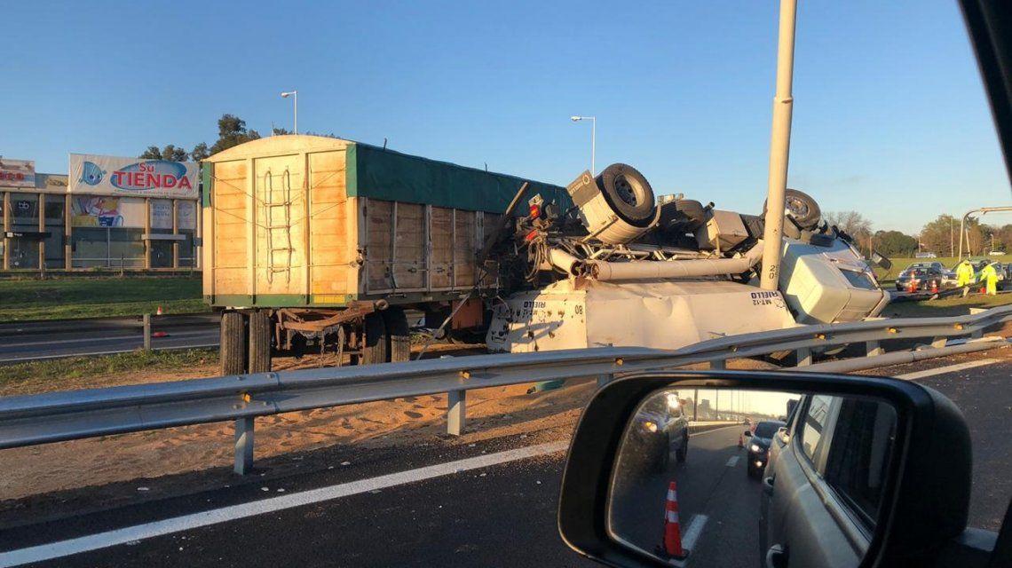 Un camión volcó tras chocar con otro en la Autopista del Oeste