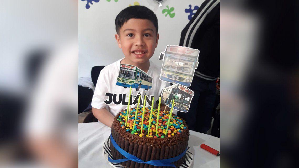 El festejo de cumpleaños menos pensado: Julián tiene 6 años y eligió como tématica al colectivo 247