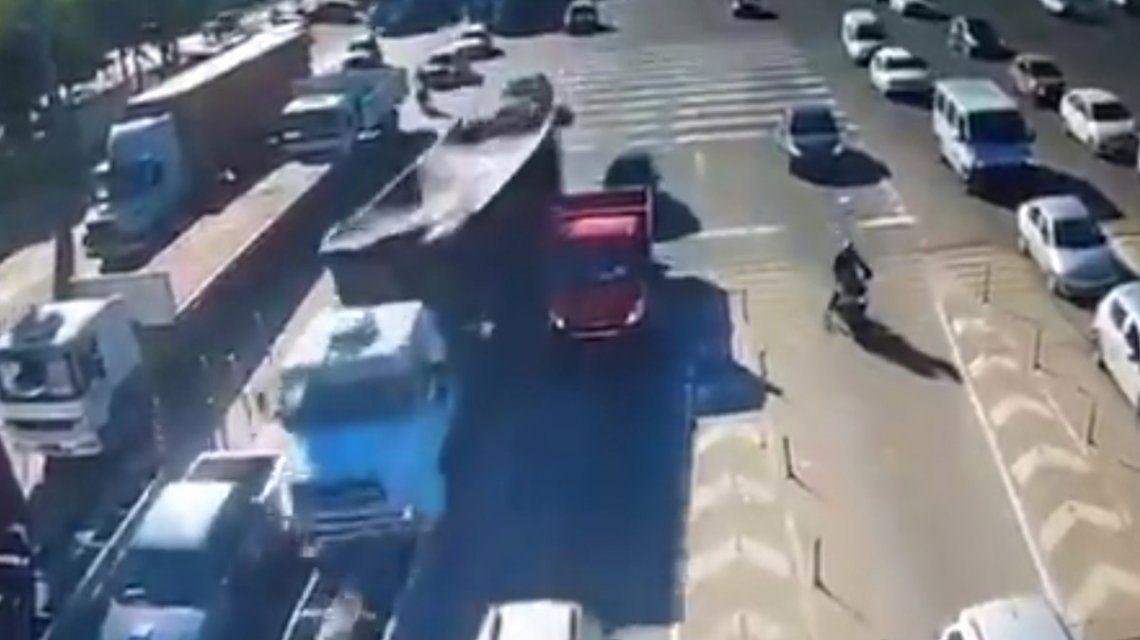 VIDEO: Un camión aplastó a un auto en un peaje de la Panamericana
