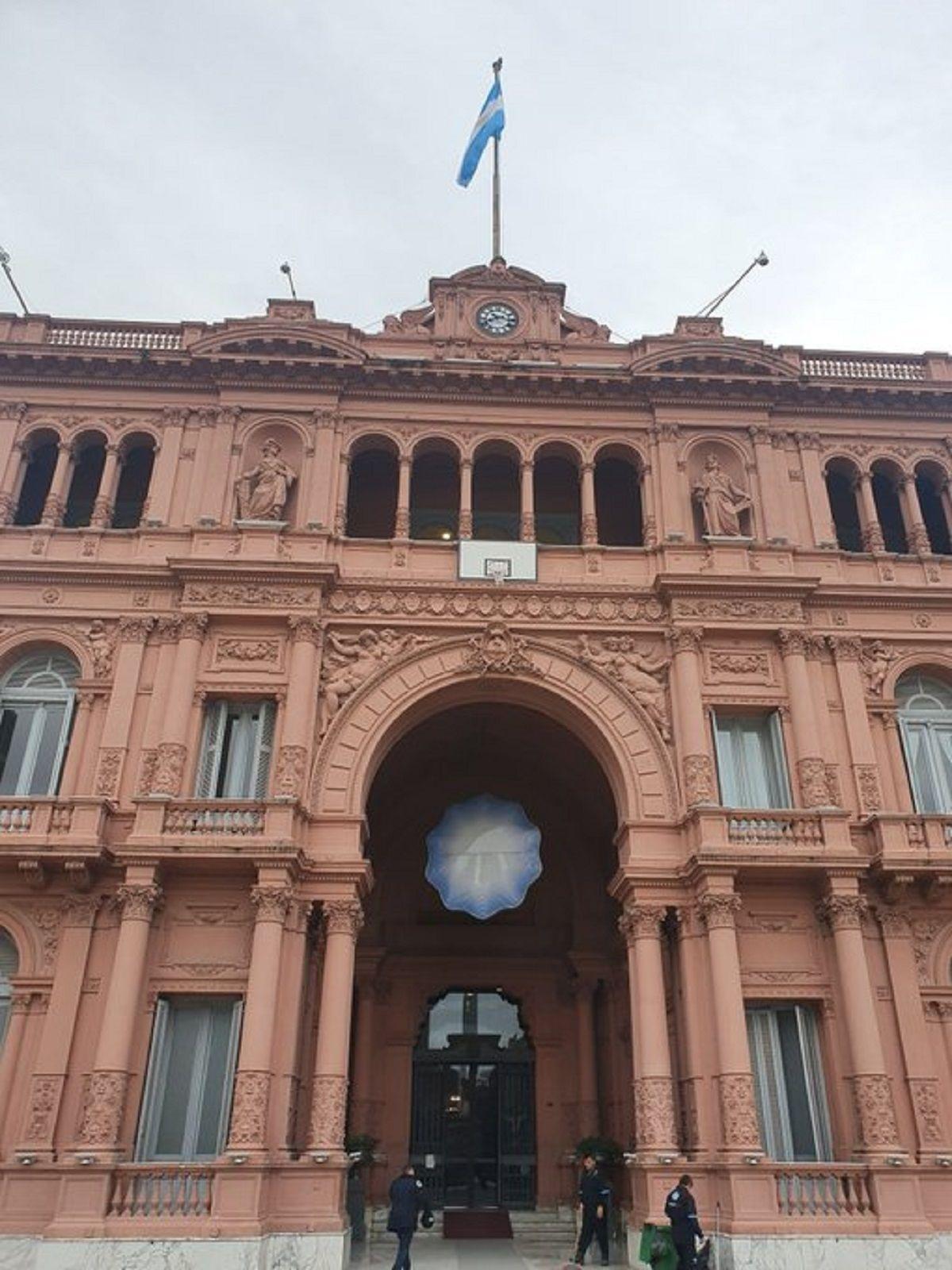 La Casa Rosada amaneció con un aro de básquet en su entrada