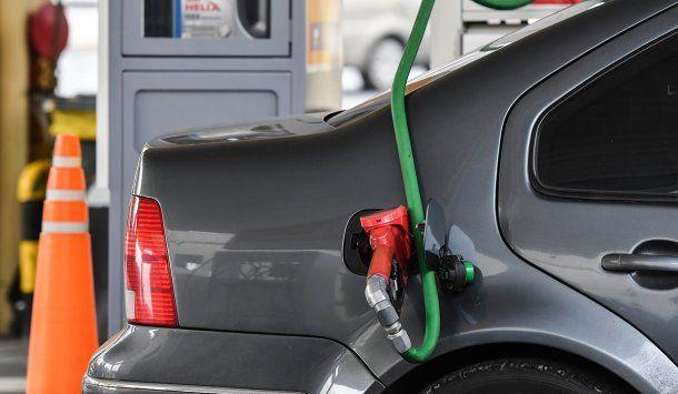El Gobierno pospuso por un mes más el aumento de combustibles
