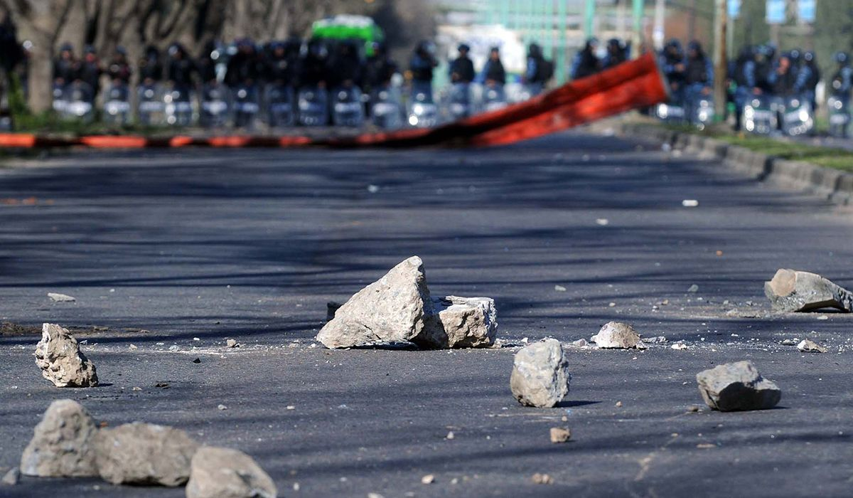 Nuevo enfrentamiento entre facciones de la UOCRA en Ensenada: tiros, balas de goma y piedras