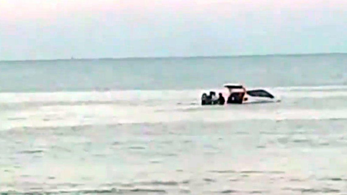 Insólito: robó un auto y tuvieron que rescatarlo en medio del río en Punta Lara