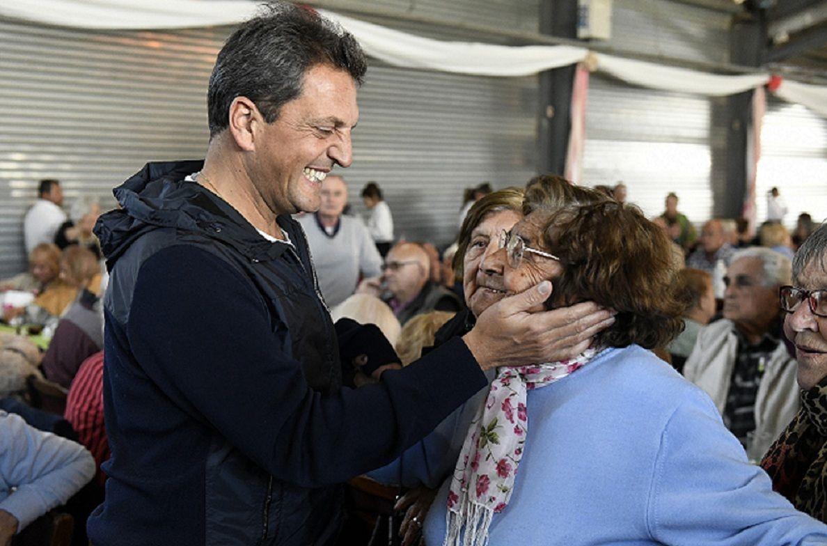Massa: Le vamos a devolver la dignidad a los jubilados, que son los que más perdieron con Macri