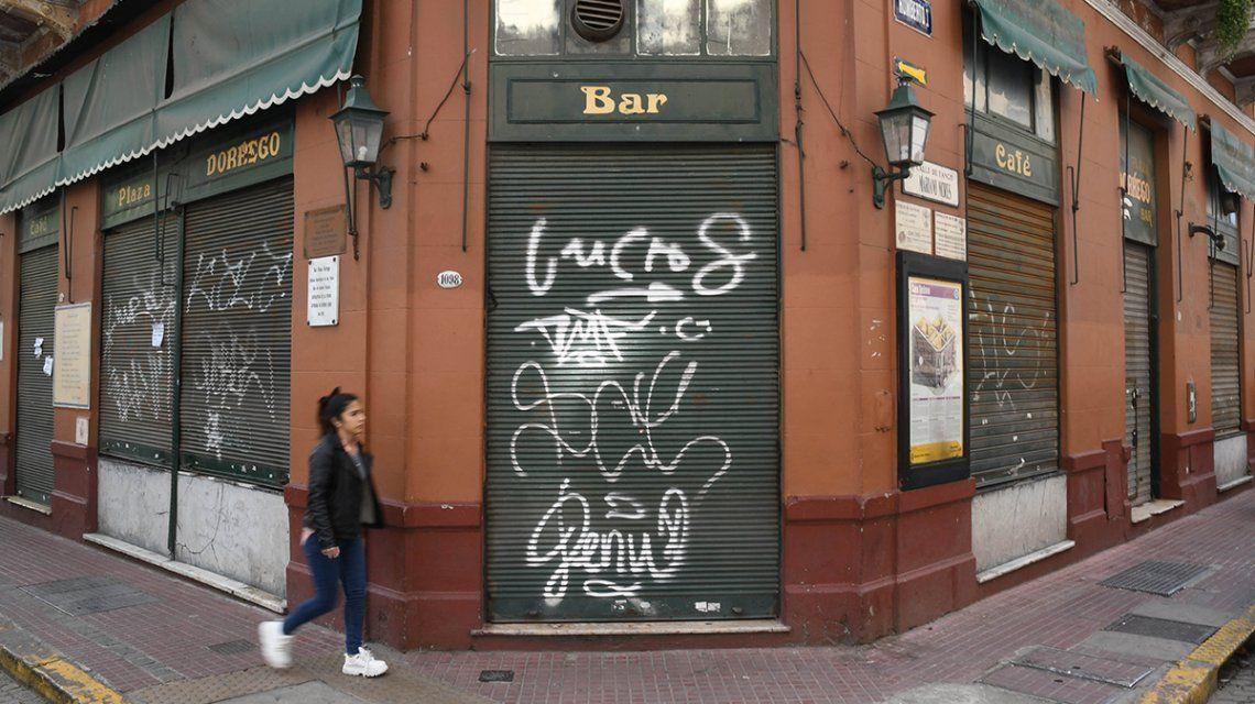 San Telmo: peligra la continuidad del bar Plaza Dorrego