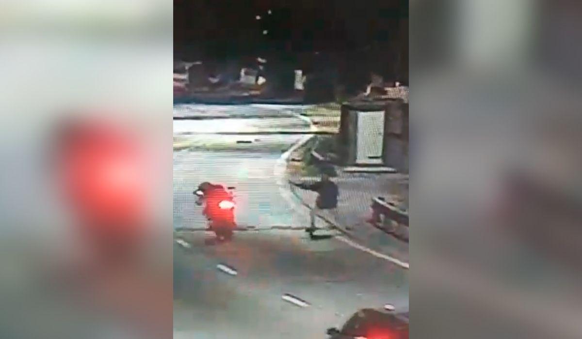 VIDEO: Así fue el ataque a un motoquero que murió por un piedrazo en Bernal