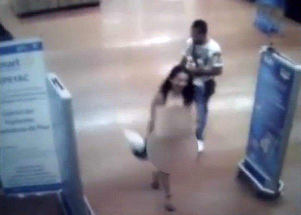 VIDEO: Se desnudó para probar que no había robado en un supermercado