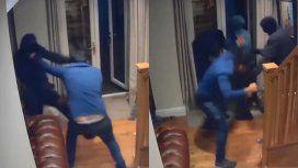 VIDEO: Cuatro delincuentes entraron a robar su casa y él los echó a patadas