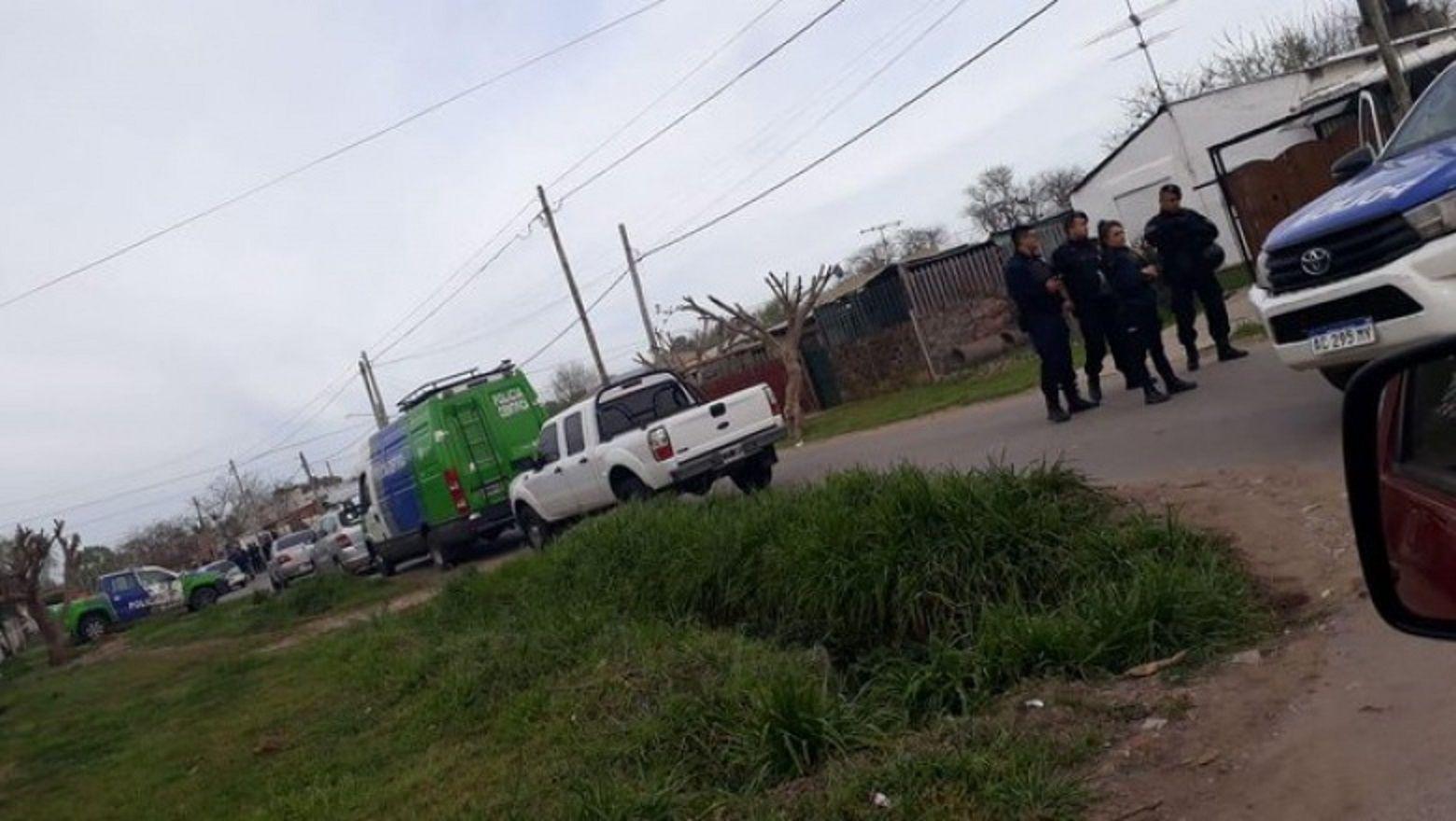 Un hombre se atrincheró con un nene en una casa en Los Hornos. Foto: El editor platense