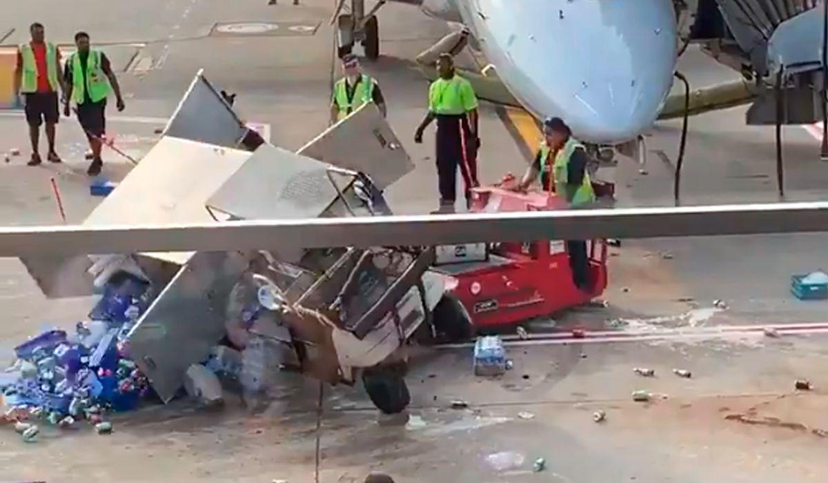 Viral: un carrito fuera de control causa estragos en un aeropuerto de Chicago