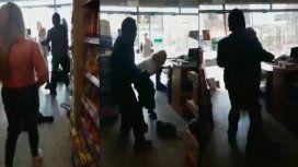Una mujer robó en un súper chino y forcejeó con el dueño: Lo hago por mis hijos, dijo