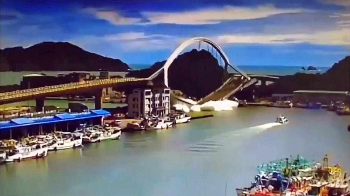 VIDEO: Un puente colapsó en Taiwán y aplastó a varios barcos pesqueros