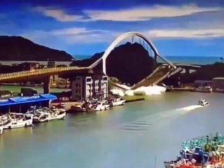 video: un puente colapso en taiwan y aplasto a varios barcos pesqueros