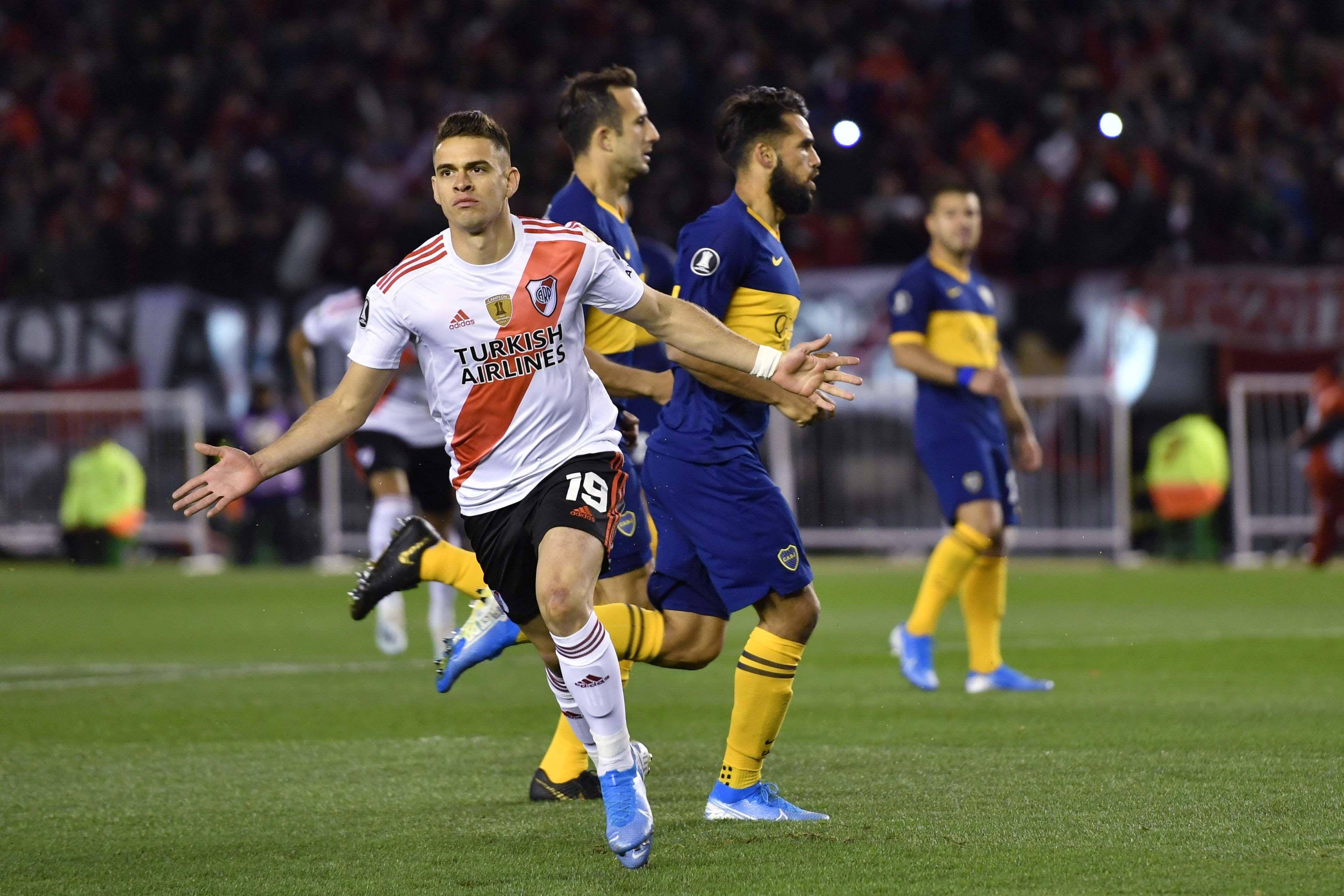 Rafael Santos Borré celebra la apertura del marcador
