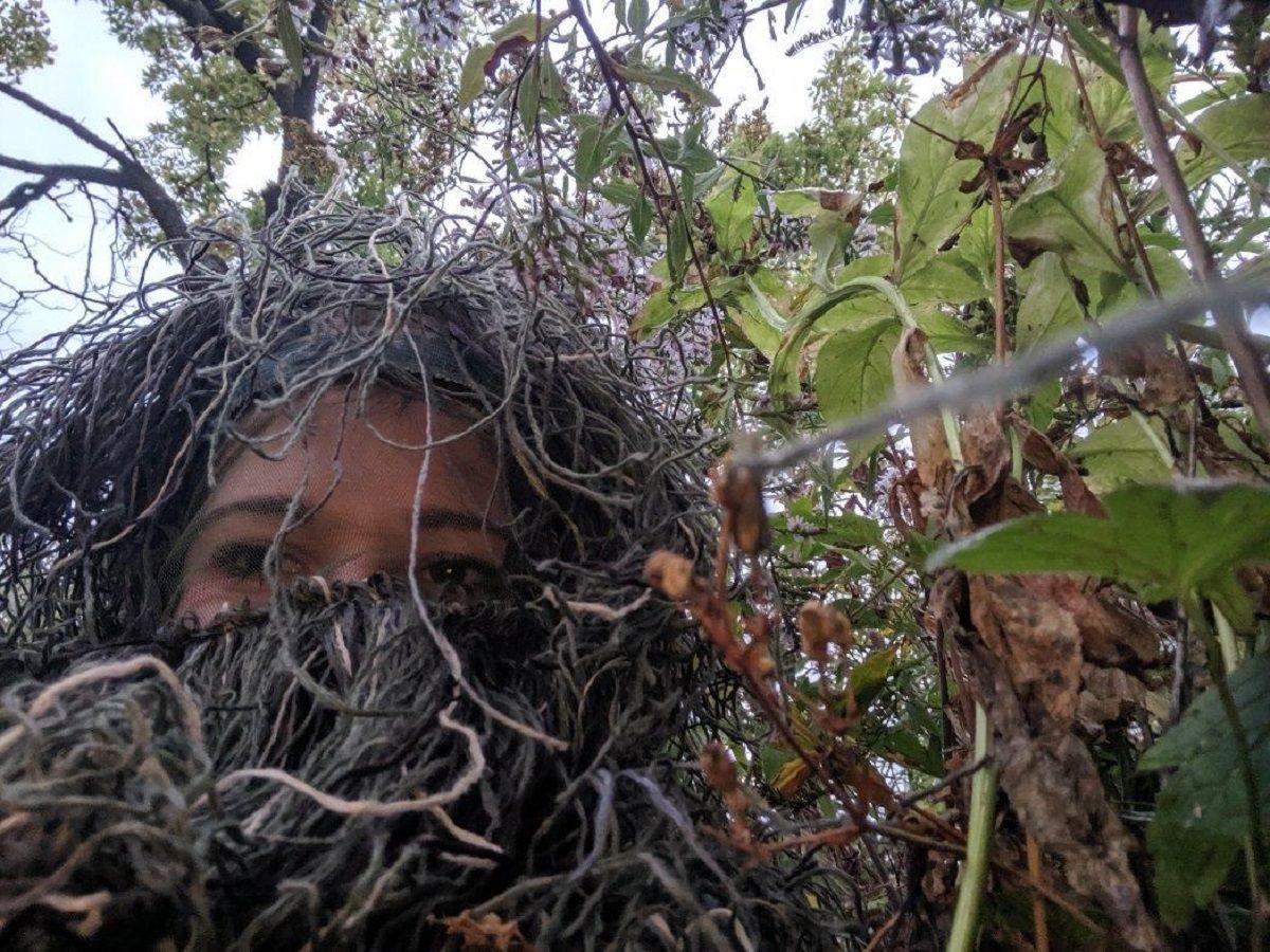Se vistió de árbol para fotografiar el pedido de casamiento a su hermana