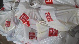 Imputaron al intendente de Morón por repartir chapas, colchones y comida con su nombre