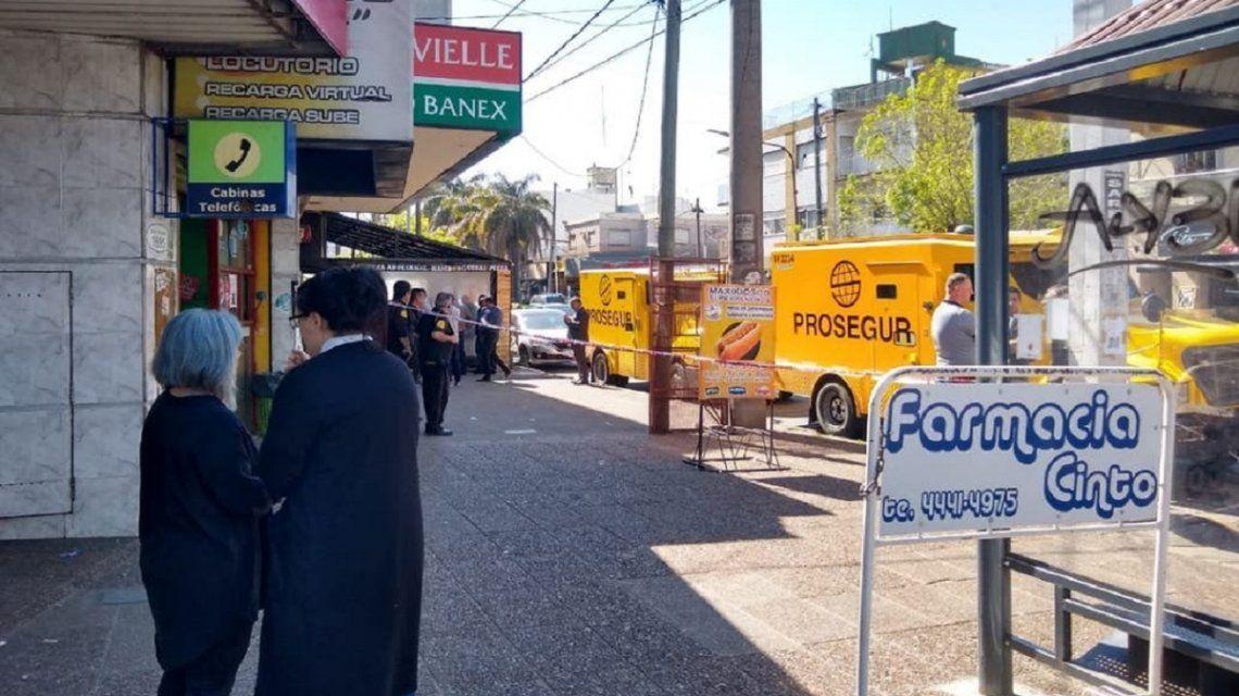 Un grupo comando robó un camión blindado con tres millones de pesos en la puerta de un banco en Lomas del Mirador